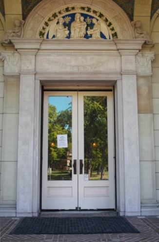 The door at the Allen Art Museum with a sign taped to it