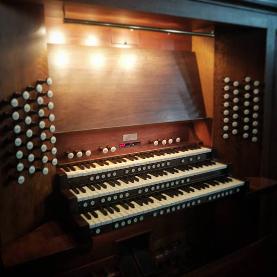 Organ console with 3 rows of keys