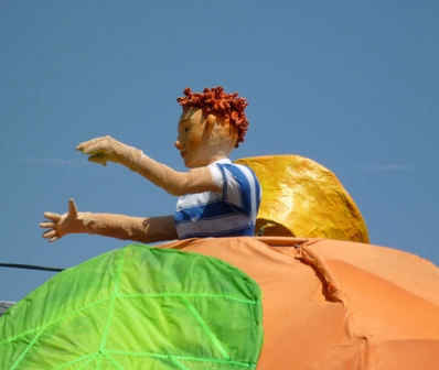 A closeup reveals it's a papier-mâché kid on the peach