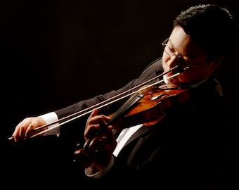 Photograph of Addison Teng playing a violin.