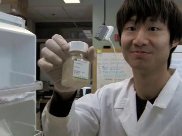 Senior Weelic Chong in the lab of Assistant Professor Gunnar Kwakye.