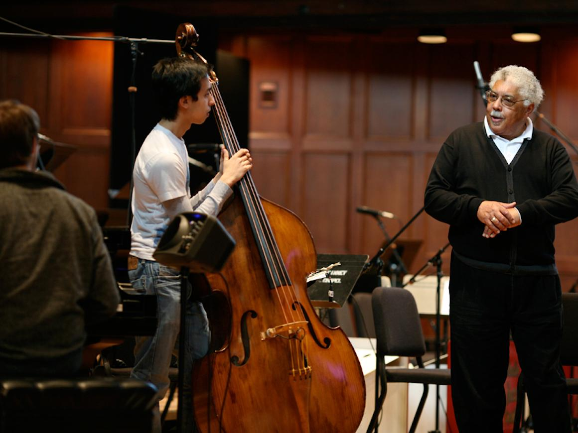 Musician and educator Rufus Reed working with students