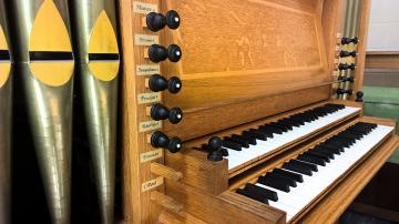 organ keyboard and organ stops