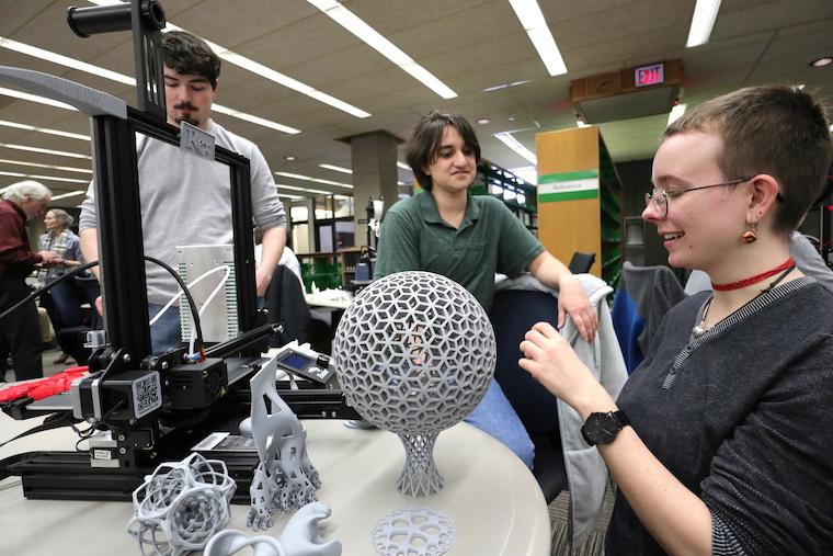 Students display and discuss their work with 3D-printing