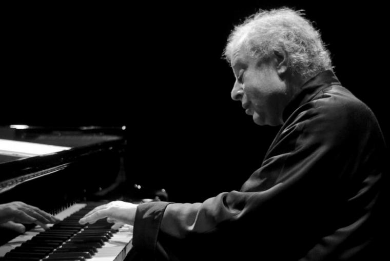 András Schiff performing on piano.
