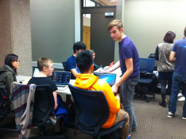 A COMETS student mentor with students in Mudd Library
