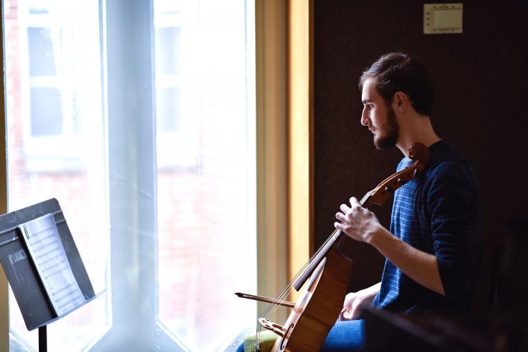 Student playing viola da gamba